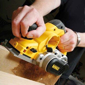 DeWalt Elektrohobel/ Hobel (1,050 Watt, Hobelbreite 82 mm, max. Hobeltiefe 4 mm, Hobelstärke in 1/10 mm-Schritten schnell und präzise einstellbar, für harte Holzarten geeignet, inkl. Zubehör) D26500 - 6