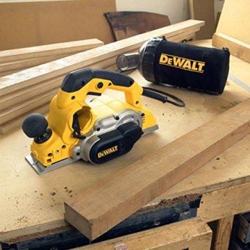 DeWalt Elektrohobel/ Hobel (1,050 Watt, Hobelbreite 82 mm, max. Hobeltiefe 4 mm, Hobelstärke in 1/10 mm-Schritten schnell und präzise einstellbar, für harte Holzarten geeignet, inkl. Zubehör) D26500 - 9